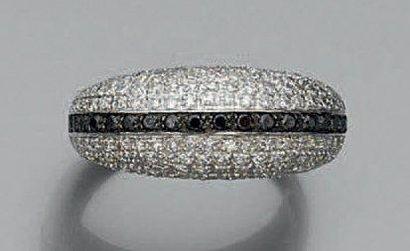 BAGUE «jonc» en or gris et or noirci (750 millièmes) serti d'un alignement de diamants...
