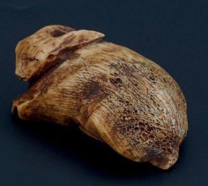 NETSUKE représentant un lapin.Corne de cervidé. Japon début XXème siècle D: 3,8...