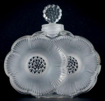 LALIQUE FRANCE FLACON MODÈLE «DEUX FLEURS» Flacon en verre, panse ornée de deux fleurs...