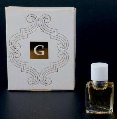 Guerlain «JICKY» Miniature en verre panse carrée, bouchon en bakélite blanc «clippé»....