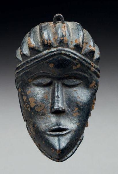 MASQUE CIMIER OU DE CASE sculpté d'un visage...