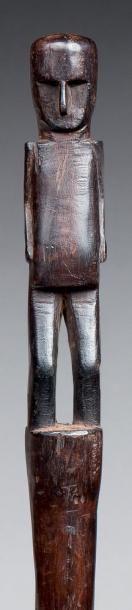 BÂTON DE SHAMAN surmonté d'une figure emblématique...