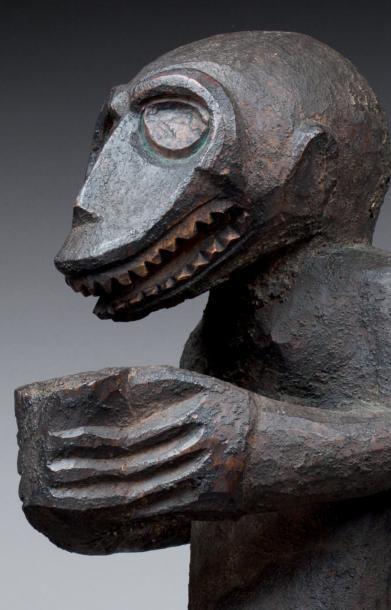 STATUE CYNOCÉPHALE sculptée d'un singe humanisé aux proportions massives et puissantes....