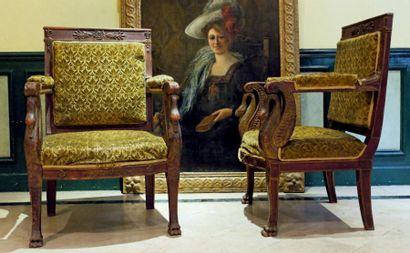 Paire de fauteuils d'apparat en bois sculpté...