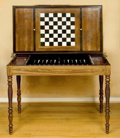 Table à jeux dite Tric-Trac de forme rectangulaire,...
