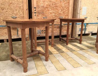 Jacques ADNET (1900-1984)  2 tables hautes en chêne blond, 4 pieds circulaires reliés...