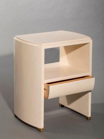 Chevet ouvrant par un tiroir en façade  Laque blanche  57x40x30cm