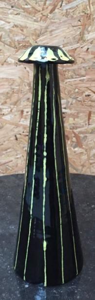 Bougeoir fuselé en céramique à décor de lignes...