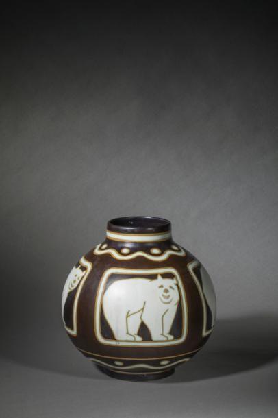 Charles CATTEAU (1880-1966)  Vase boule sur...