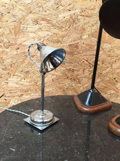 Petit lampe moderniste à base carré