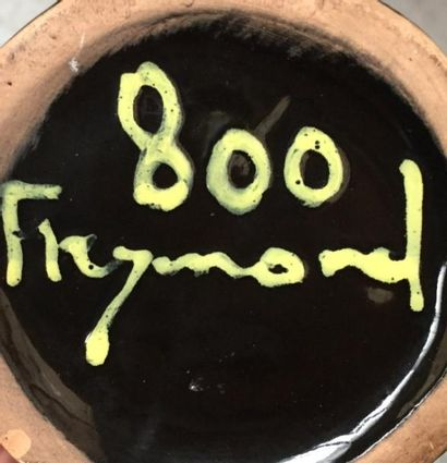 """Bougeoir fuselé en céramique à décor de lignes jaune  Signé sous la base """" 800 Freymond..."""