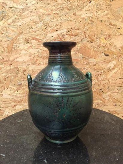 PRIMAVERA  Vase bombé, à deux anses, orné...