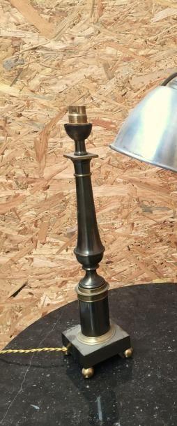 Lampe Néo-classique en métal patiné noir...