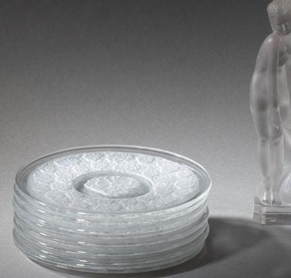 Suite de 6 petites assiettes en verre pressé-moulé...