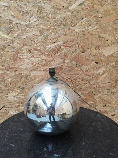 Lampe de forme sphérique en verre églomisé...