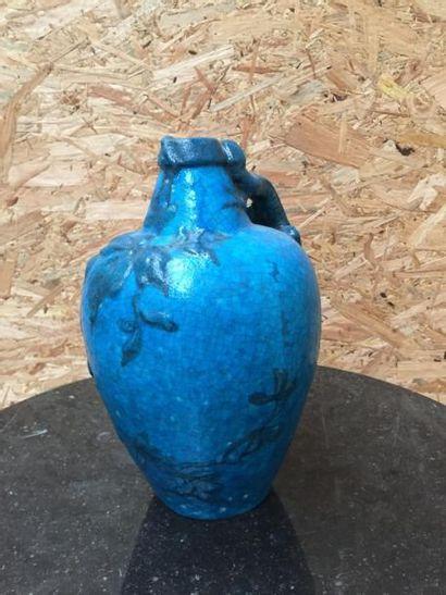 Vase corps ovoïde en grès craquelé bleu,...