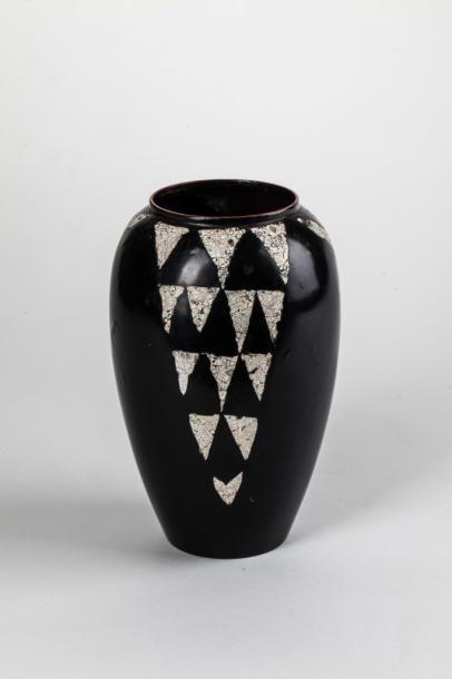 Jean DUNAND (1877-1942)  Vase en dinanderie...