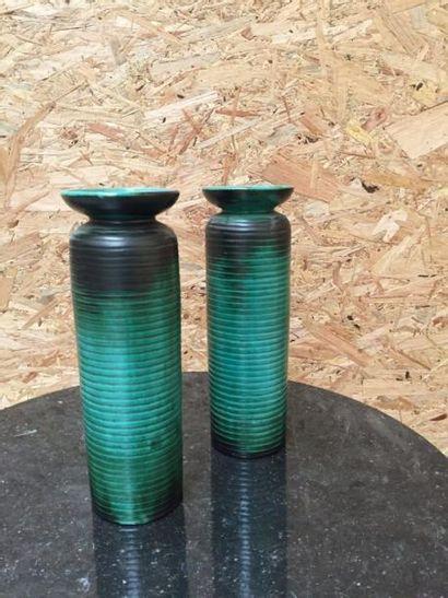 PRIMAVERA  Paire de vases striés, à cols...