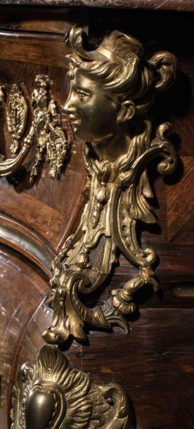 """Importante commode tombeau à """" moustaches """" en bois de violette ouvrant par 4 tiroirs..."""