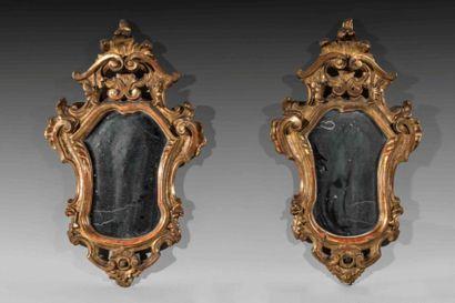 Paire de miroirs en bois sculpté et anciennement...