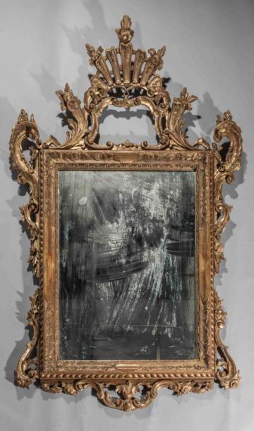 Importante miroir en bois sculpté et doré...
