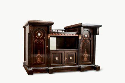 Etonnant meuble en bois noirci composé de deux caissons reliés par une entretoise...
