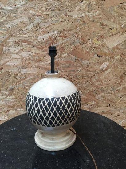 Pied de lampe de forme ovoïde, à décor de striures H34cm  On y joint un Pied de...