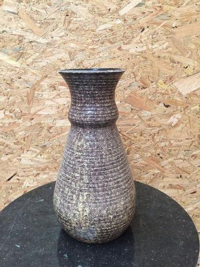 Grand vase ovoïde, ourlé au col à décor de...