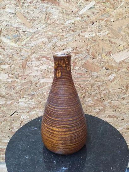 Grand vase ovoïde, ourlé au col à décor de striures . H43cm  On y joint un vase...