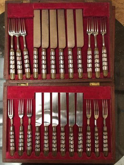 Dans deux écrins : 12 fourchettes et 12 couteaux,...