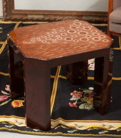 Table basse à pans coupés en bois laqué  Plateau...