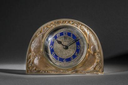 """René Lalique (1860-1945) & ATO Pendule """"Moineaux"""" (1924). Epreuve verre blanc moulé-pressé..."""