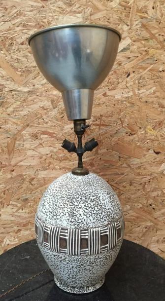 Lampe de forme ovoïde à décor d'émail crispé...