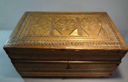 Cassette en bois recouverte de marqueterie de paille. XIXe siècle (accidents et...
