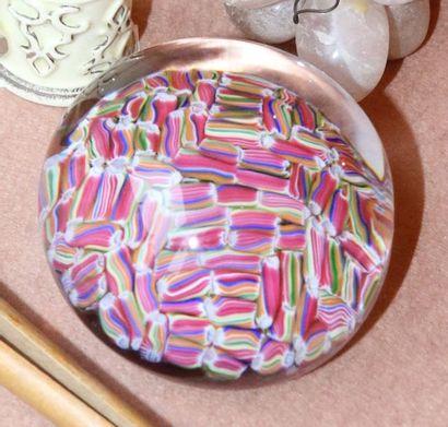 BACCARAT Boule presse papiers à décor de sulfures roses, jaunes et bleus