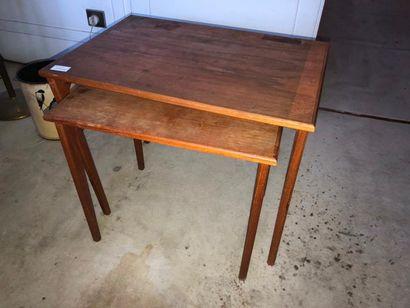 petite table basse,style 1960 (table gigogne en deux parties, accidents)