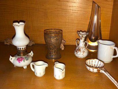bibelots divers, vase en étain, vase en céramique verte, échiquier en verre, pichet...