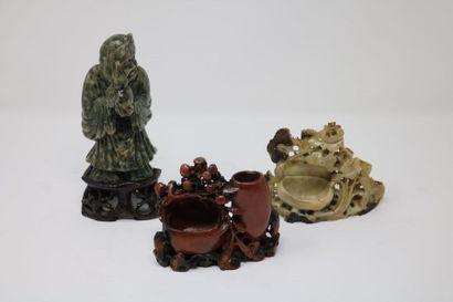Chine, XXe siècle  Lot comprenant deux vases...