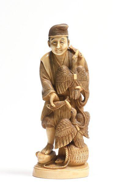 Okimono en ivoire représentant un pêcheur...