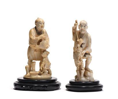 Deux Okimono en ivoire:  - Okimono en ivoire...