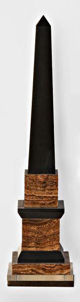 Obelisque en albatre rubannée et marbre noir...