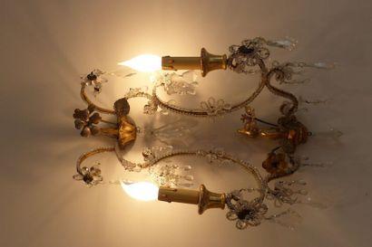 Paire d'appliques en métal doré à deux lumières,...