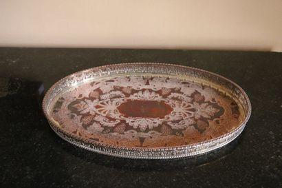 Plateau ovale en métal ciselé à décor de pampres, galerie ajourée,  XXe siècle  39...