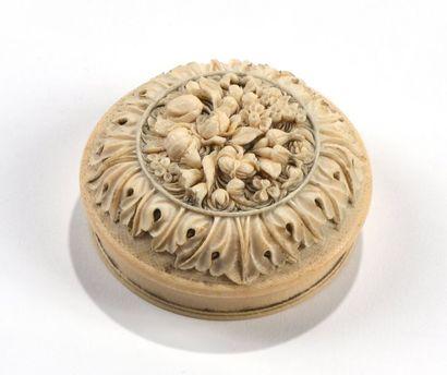 Boite ronde en ivoire à décor de fleurs  XIXe siècle  Diam.: 8 cm  ALM