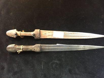 Deux petit kindjal ottoman époque XIXeme siècle   poignée en corne lame poinçonnée...
