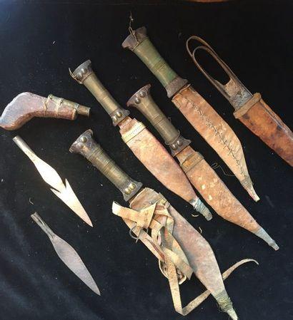 Lot de quatre poignards, deux pointes de flèches et d'une lance africaine, on y...