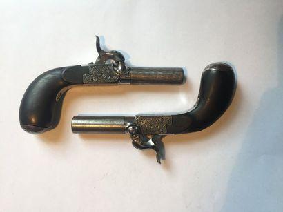 Paire de pistolets «coup de poing» à percussion    canons damas, poinçons ELG. Longueur...