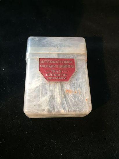 étui à cigarette du procès de Nuremberg 1945    en plastique, une face marqué:  ...