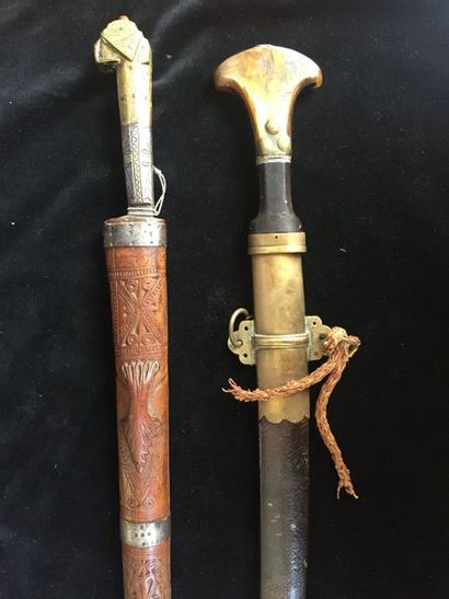 Poignard ottoman manche en corne  complet de son fourreau longueur totale: 53 cm...