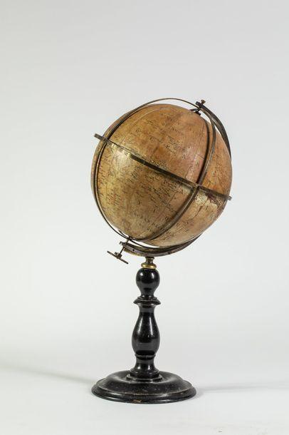 Globe terrestre, piètement tourné en bois...